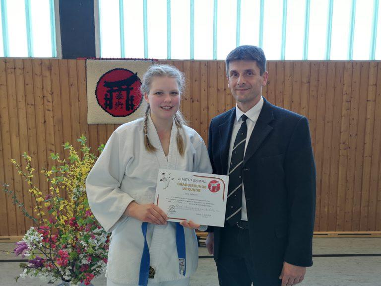 Sarah erhält den 1. Kyu Grad